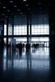 Konturer av folk i modern korridor Arkivbild