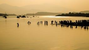 Konturer av folk på den steniga stranden Royaltyfria Foton