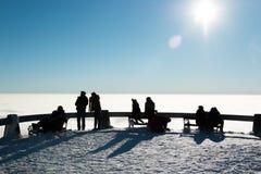 Konturer av folk på terrass över moln Arkivfoto