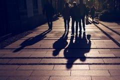 Konturer av folk som går på stadsgatan Royaltyfria Bilder