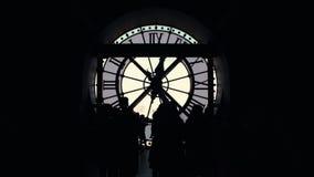 Konturer av folkgruppen av turister vid det stora klockaOrsay museet av Paris arkivfilmer