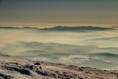 Konturer av Gorce berg i havet av dimma på soluppgång Polen Fotografering för Bildbyråer