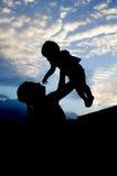Konturer av kvinnorna och barnet i aftonen Arkivbilder