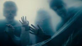 Konturer av läskiga monster bak den genomskinliga filmen, borttappade anda i helvete stock video