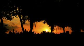 Konturer av motorcyklister mot ljuset på solnedgången arkivbilder