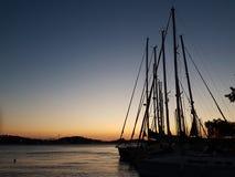 Konturer av seglar poler på soluppsättningen Royaltyfri Fotografi