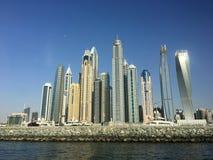 Konturer av skyskrapor i Dubai i eftermiddagen Royaltyfria Bilder