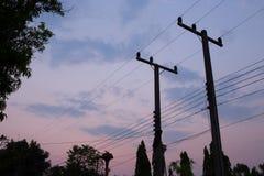 Konturer av trådar och den elektriska stolpen Royaltyfria Foton
