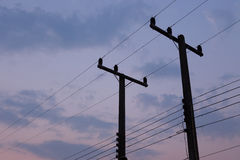 Konturer av trådar och den elektriska stolpen Fotografering för Bildbyråer