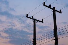 Konturer av trådar och den elektriska stolpen Royaltyfri Fotografi