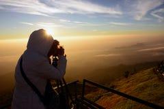 Konturer av turister fotograferar berget Arkivbild