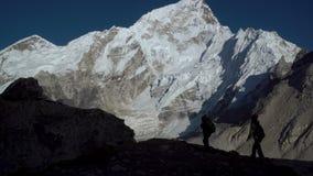 Konturer av turister i bergen stock video