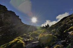 Konturer av turister som fotvandrar på berget Royaltyfri Bild