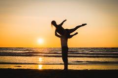 Konturer av två dansare som gör akrobatik på solnedgången royaltyfri foto