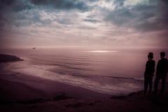 Konturer av ungdomarsom håller ögonen på horisonten på Foz, gör den Lizandro stranden, Ericeira - Mafra PORTUGAL royaltyfria foton