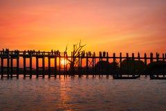 Konturer på teakträbron för U Bein på solnedgången Myanmar (Burma) Royaltyfri Fotografi