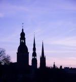 Konturerna av gamla riga står högt mot morgonhimmel Arkivbilder