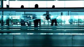 Konturfolk på flygplatsen arkivfilmer