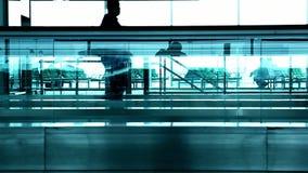 Konturfolk på flygplatsen lager videofilmer