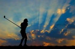 Konturgolfare som spelar golf på den härliga solnedgången Royaltyfria Foton
