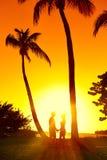 Konturgrabb och flicka på solnedgång Royaltyfri Foto