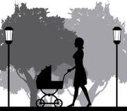 Konturkvinnan som går med pramen, behandla som ett barn parkerar in Royaltyfri Bild