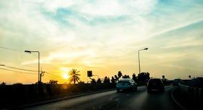 Konturlandskap av bilar på vägen, solnedgångplats i Thailand Royaltyfria Bilder