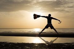 Konturman med fena- och maskeringsbanhoppning i stranden arkivfoton