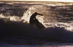 Konturman som surfar vågen Royaltyfri Foto