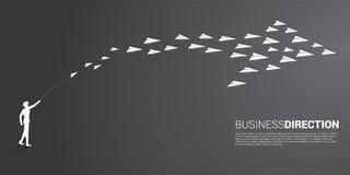 Konturn av affärsmannen att kasta ut det vita origamipappersflygplanet ordnas i en form av den stora pilen royaltyfri illustrationer