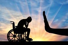 Konturn av den ledsna rörelsehindrade kvinnan i rullstol- och handgest stoppar Arkivbild