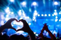 Konturn av en formad hjärta räcker skugga royaltyfria foton
