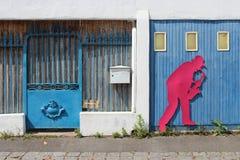 Konturn av en jazzman dekorerar porten av ett garage (Frankrike) royaltyfri fotografi