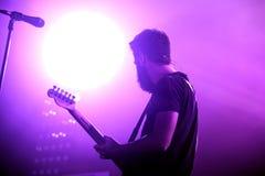 Konturn av gitarristen av Supersubmarina (musikband) på Razzmatazzmötesplatsen royaltyfria bilder