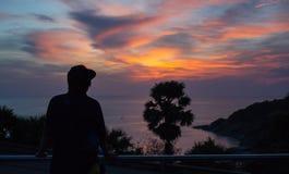 konturn av handelsresanden ser solnedgång på Promthep udde, P arkivfoton