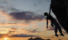 Konturn av idrotts- den branta kvinnaklättringen vaggar väggen Arkivfoton
