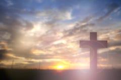 Konturn av Jesus med korsar över solnedgångbegreppet för religion, arkivbilder