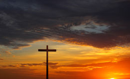 Konturn av kristen korsar över röd soluppgång eller solnedgång Arkivbild