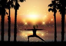 Konturn av kvinnlign i yoga poserar i tropiskt landskap Arkivfoton