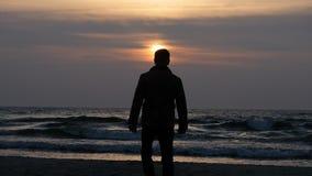 Konturn av rörande manultrarapid med solnedgång och havet vinkar lager videofilmer