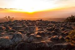 Konturn av solnedgången och ljus blossar på berget Royaltyfri Foto
