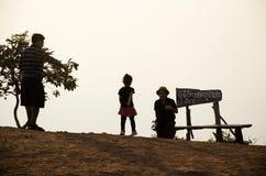 Konturn av thai familjfolk reser överst av moun för Phu PA Po Arkivfoton