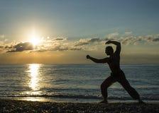 Konturn av vanor för en man påskyndar chun på stranden royaltyfri foto