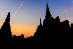 Konturn för bakgrund som är forntida fördärvar och pagoden fotografering för bildbyråer