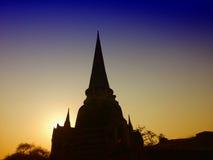 Konturpagoden av den gamla templet på det Ayuthaya landskapet som är historisk parkerar Thailand Arkivbilder