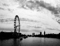 Konturpanorama av Thames River med det London ögat, London, UK Arkivbilder
