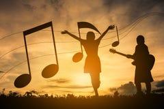 Konturpojken och flickor tycker om spela musik Royaltyfria Bilder