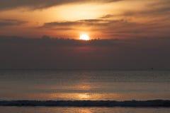 Kontursolnedgång på havet Royaltyfri Fotografi