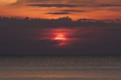 Kontursolnedgång på havet Arkivfoto