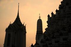 Kontursolnedgångtid på huvudsakliga Prang av Wat Arun Ratchawararam Ratworamahawihan Temple av gryning Arkivbilder